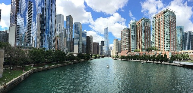 downtown chicago illinois showing the river running between the buildings